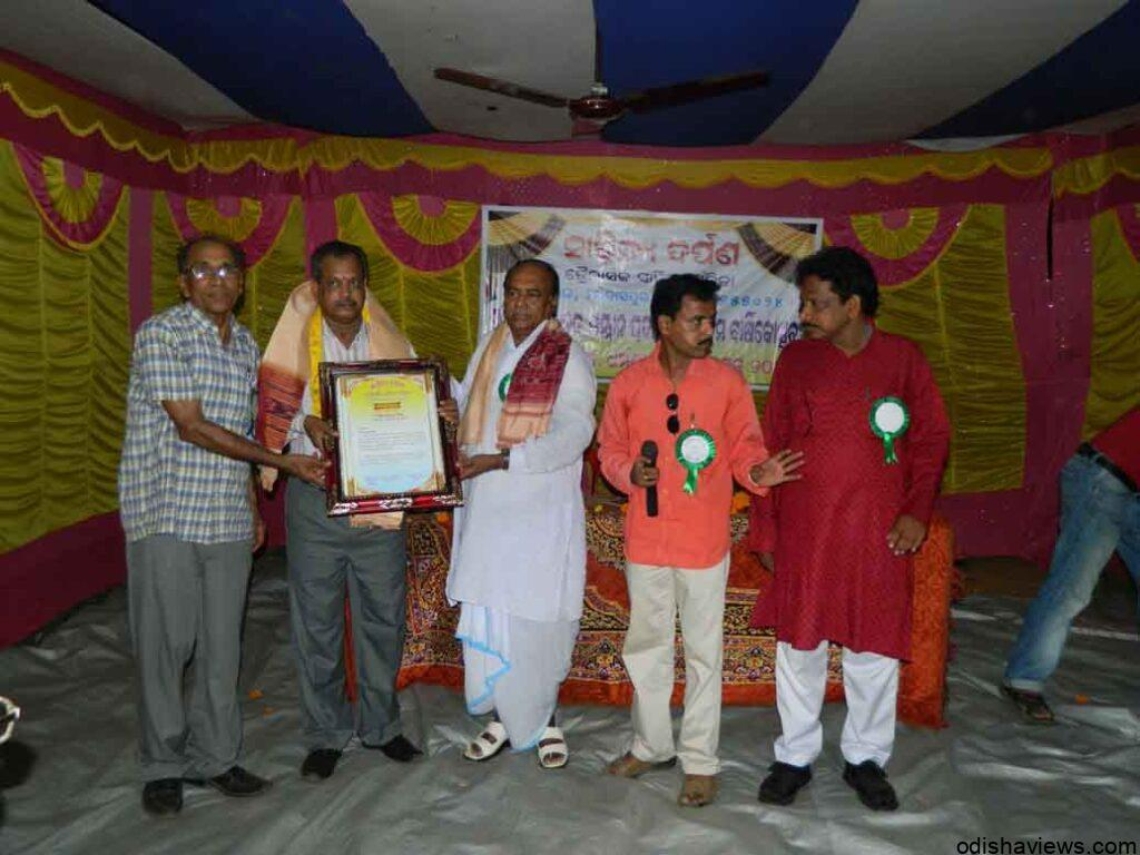 Mr_B.K._Sahoo__receiving_Award_from_Chief_guest_Mr_Matlub_Ali__Ex-_Minister__Education__Govt._of_Odisha_seen_with_other_dignitaries.
