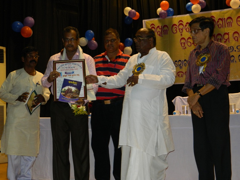Mr_B.K._Sahoo__Manager__PR__IFFCO_felicitated_by_Dr._Damodar_Rout__Hon_ble_Minister_of_Health_seen_with_Mr_Pradosh_Patanaik__Chief_Editor__Odisha_Bhaskar___other_dignitaries_